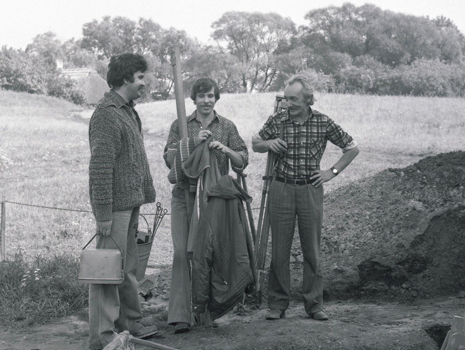 Dyrektor Muzeum z dwoma archeologami podczas badań na Ostrowie Lednickim